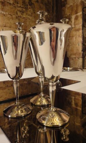Detalle de las copas de plata sobre espejos.