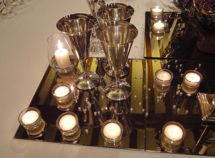 La luz de las veals protagonistas de la velada con el artesonado en el reflejo.