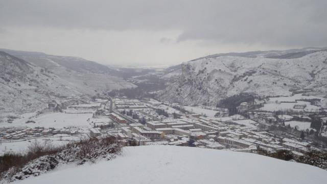El pueblo de Ezcaray cubierto por un espeso manto de nieve